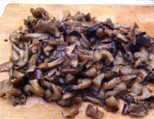 Несколько грибов отложите для украшения, остальные мелко нарежьте.