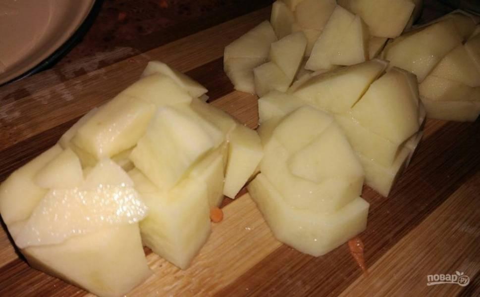 6. Нарезаем картофель кубиками, тоже отправляем его в кастрюлю.