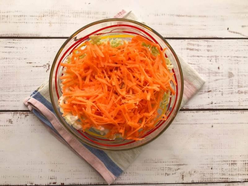 Морковь хорошо помойте под проточной водой, почистите, натрите на мелкой терке и добавьте к пекинской капусте.