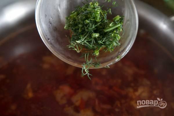 Варим борщ, пока капуста не станет мягкой. Добавляем по своему вкусу соль, можно добавить щепотку сахара. Выключаем огонь и добавим в борщ лавровый лист и мелко нарезанную зелень.