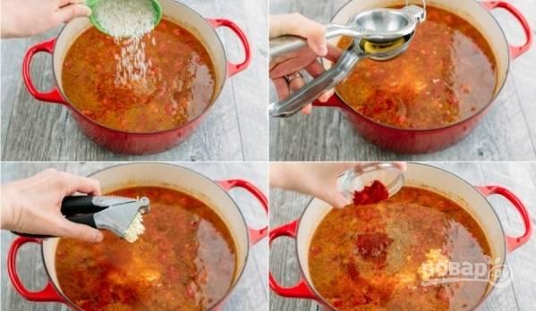 4. Выложите рис, добавьте измельченный чеснок и сок лимона. Можно добавить паприку, кориандр или другие специи по вкусу. Варите еще минут 20.