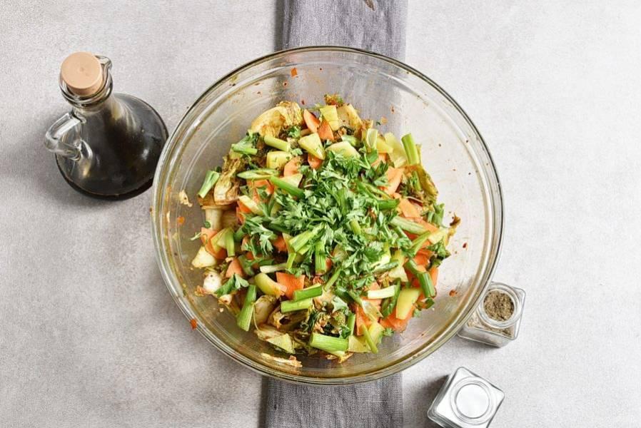 Добавьте тонко нашинкованные морковь и сладкий перец, нарезанный шпалами зеленый лук и крупно порубленную петрушку. Выдавите чеснок. Перемешайте хорошо, попробуйте на соль. Накройте подходящей крышкой или тарелкой и поставьте небольшой гнет. Держите при комнатной температуре от 4 часов до суток.