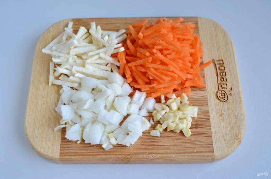 2. Нарежьте мелкими кубиками лук, чеснок, соломкой — морковь и сельдерей.