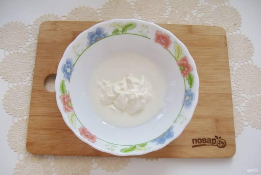 В миску налейте кефир и добавьте сметану.