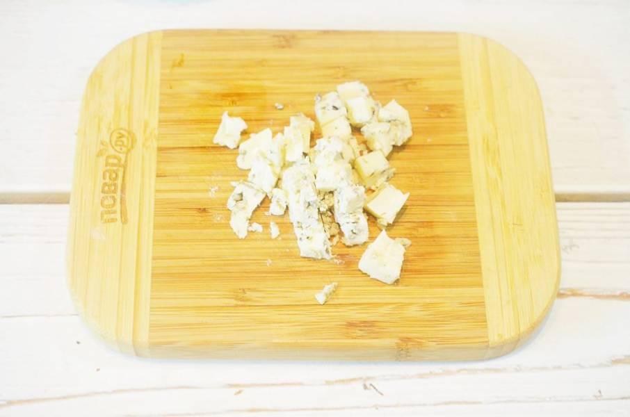 5. Сыр раскрошите или нарежьте кубиком.