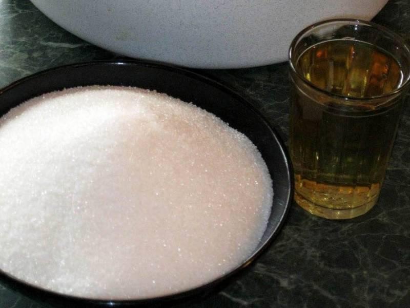Самый последний слой должен быть из слив. Когда все будет сделано можно приступать к приготовлению маринада.