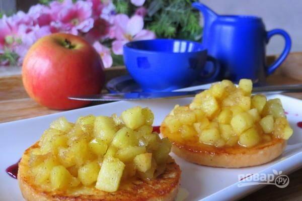 Подавайте тосты, положив сверху яблочную смесь. Приятного завтрака!
