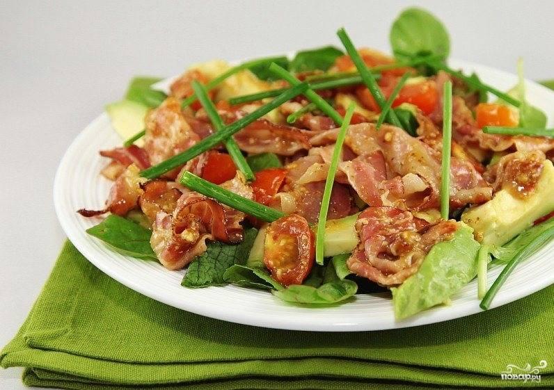 Сверху выкладываем обжаренный бекон с помидорами, украшаем стрелками лука и подаем к столу. Приятного аппетита!