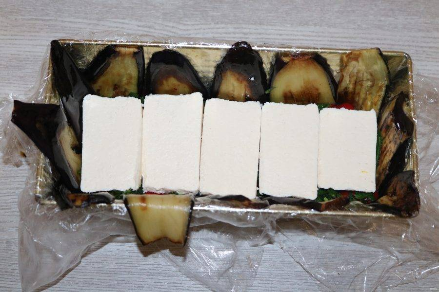 Далее кусочки нарезанного сыра.