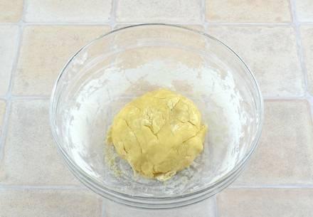 3. Добавить в несколько этапов просеянную муку, замешивая тесто. Оно должно получиться мягким, но не должно липнуть к рукам.