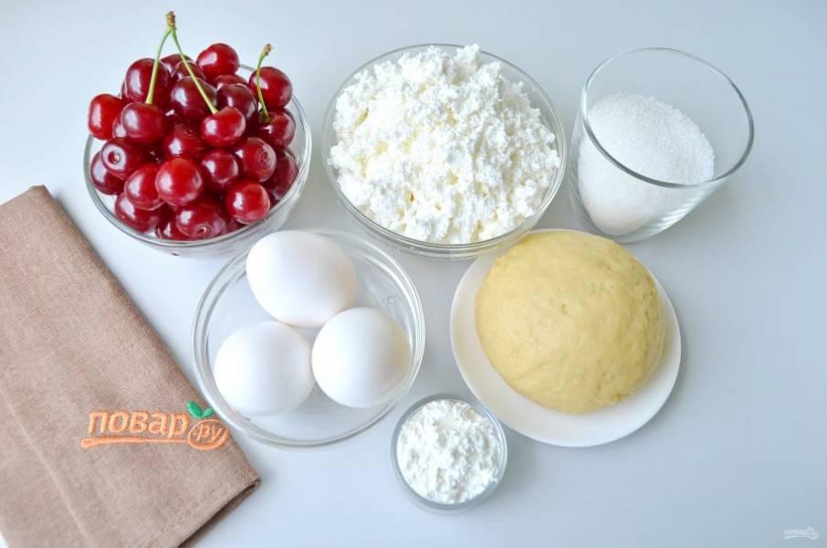 1. Подготовьте продукты. Песочное тесто приготовьте по любимому рецепту, я делаю классическое из сливочного масла, муки, желтка и щепотки соли.
