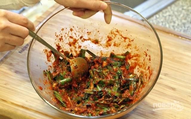 4. Соедините с перцем, измельченным чесноком и имбирем, рыбным соусом, сахаром и водой. Тщательно перемешайте.