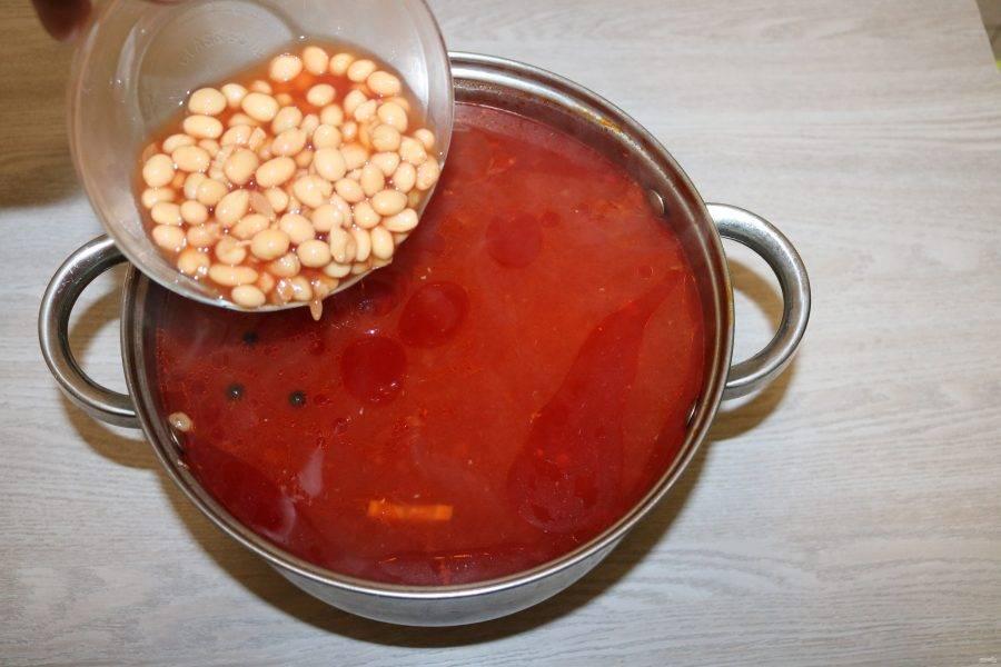 В борщ добавьте фасоль, картофель.