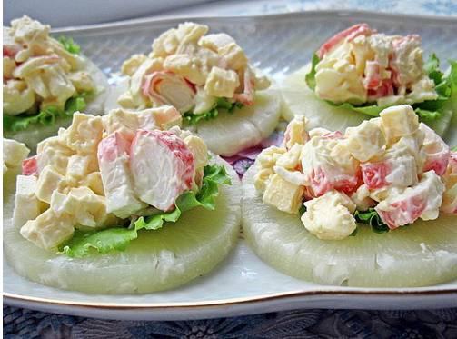 3. Теперь аккуратно выкладываем получившийся салат на кольца ананаса. Остужаем в холодильнике и подаем гостям!