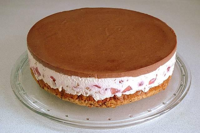 """18. Когда торт """"Адажио"""" в домашних условиях готов его нужно аккуратно извлечь из формы. При желании сверху тортик можно украсить растопленным шоколадом и свежими ягодами клубники."""
