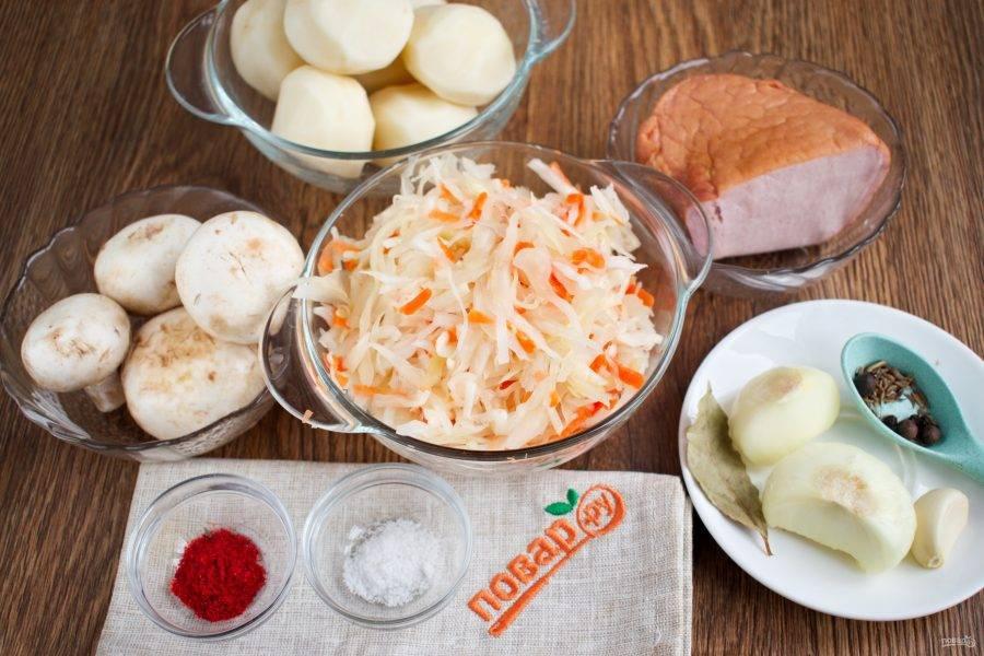 Подготовьте необходимые продукты. Картофель, грибы, лук, чеснок помойте, очистите.