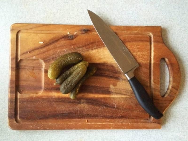 3.Очистите картошку и нарежьте кубиками, выложите ее в бульон. Огурчики нарежьте мелким кубиком и добавьте в кастрюлю, когда картофель уже сварился, добавьте поджарку.