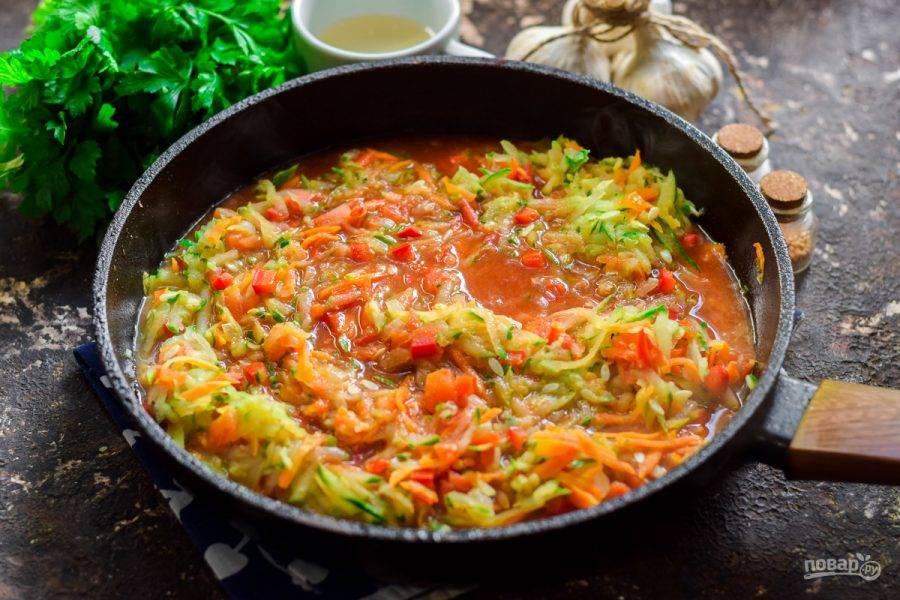 Все овощи жарьте на растительном масле в течение 10 минут. После влейте к овощам томат, добавьте соль и сахар. Тушите икру 30 минут. В конце приготовления добавьте к икре уксус.