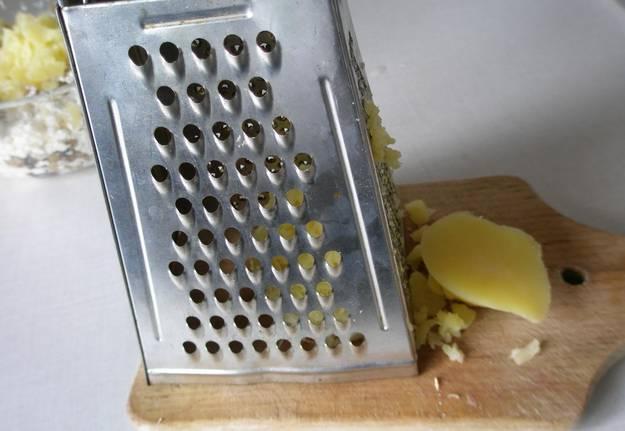Мякоть картофеля натрите на терке.
