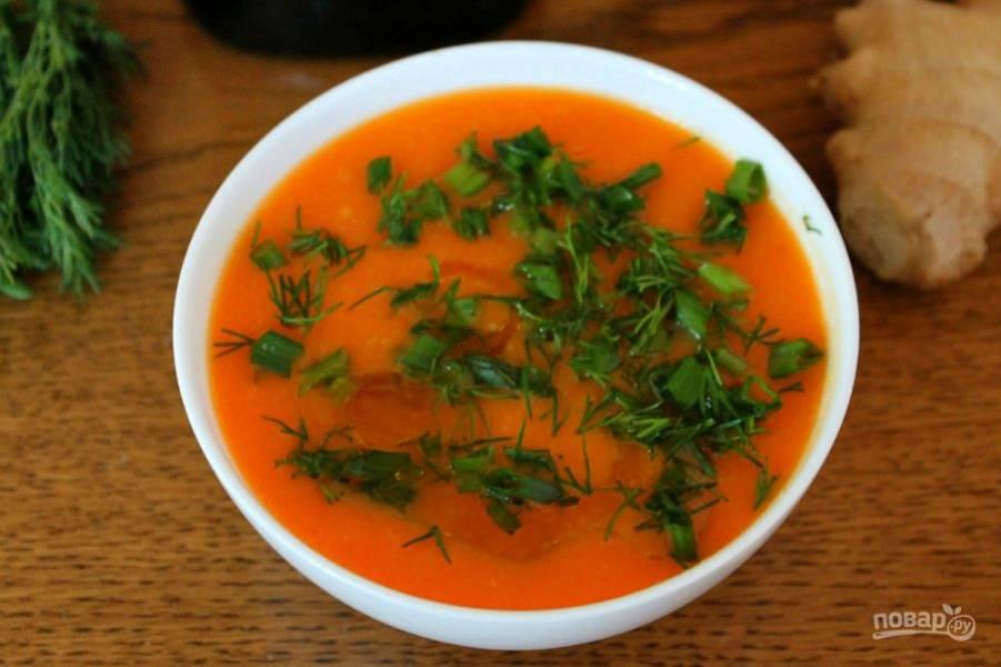 6. Суп-пюре наливаем в порционный тарелки, добавляем рубленую зелень и ложку оливкового масла.