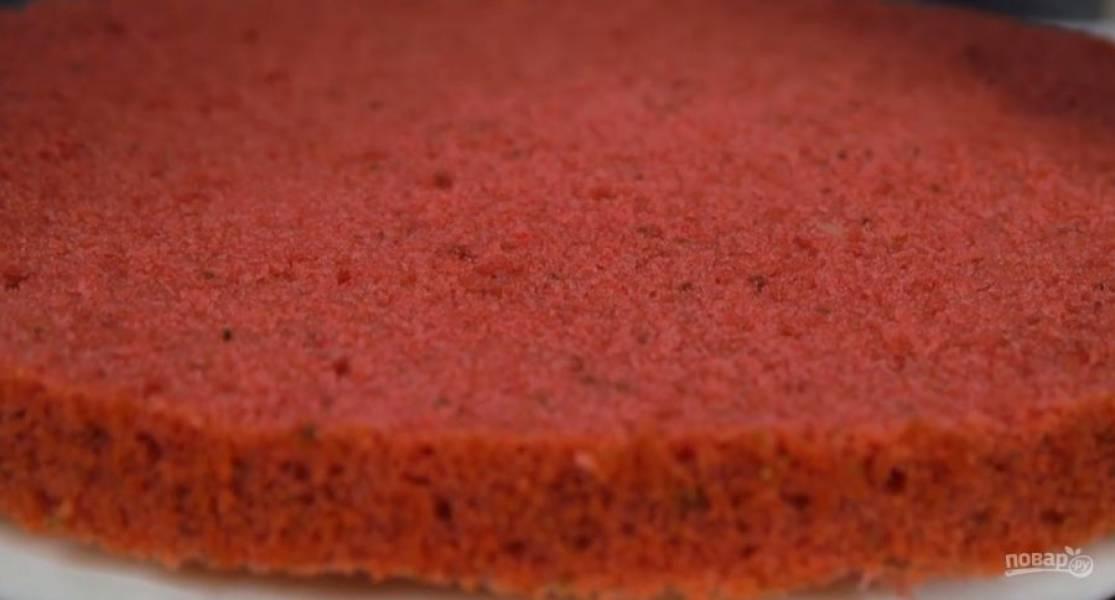 9. Переложите крем и клубничную начинку в кондитерские мешки. Шоколадный корж пропитайте сиропом, распределите крем кругами на расстоянии 1-2 см друг от круга, а между ними — клубничную начинку. Накройте клубничным коржом и все повторите.