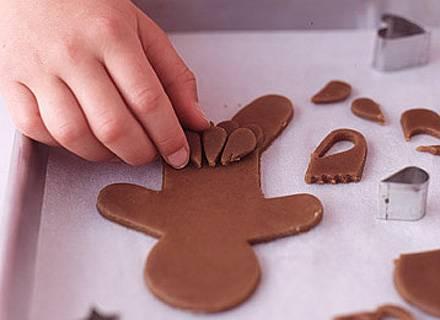 5. Можно использовать не только заранее заготовленные шаблоны, но и обыкновенные выемки для печенья различных форм.
