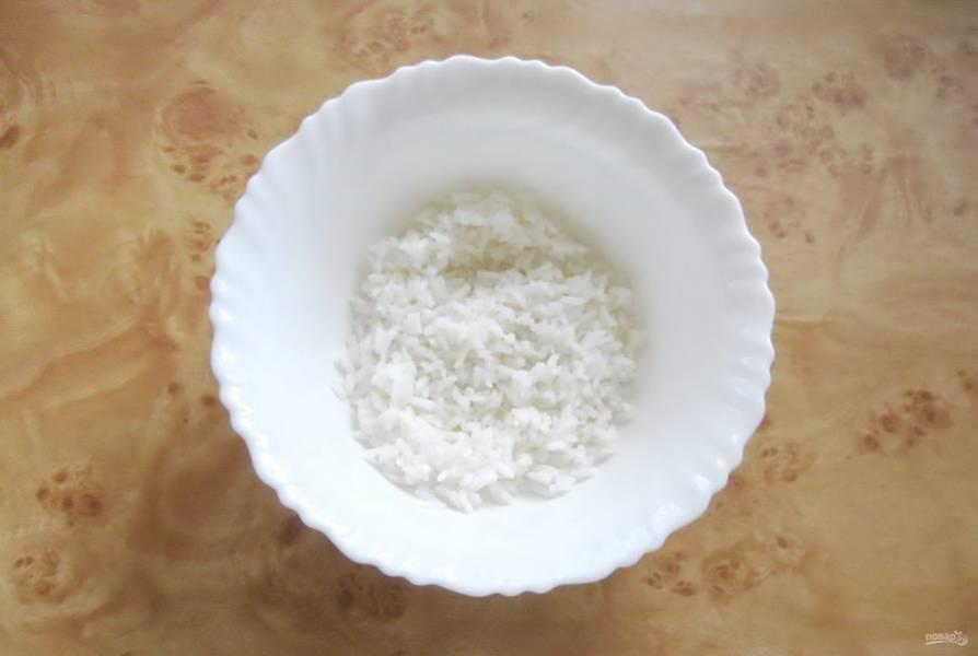 В салатник выложите отварной рис.