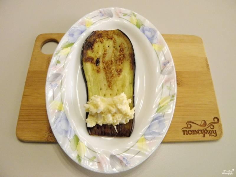 Готовые баклажаны можно посолить. На каждый листочек жареного баклажана положите начинку. Заверните рулетиком.