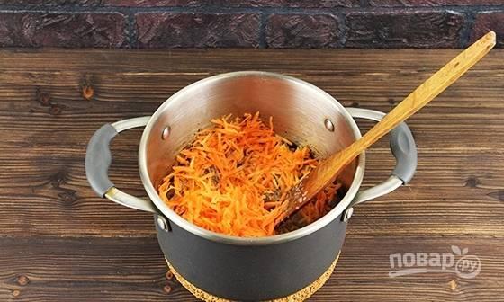 К мясу добавьте морковь и специи. Перемешайте и жарьте пару минут.