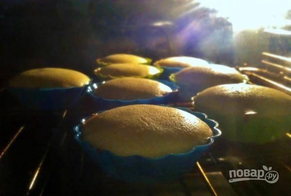 Духовку разогрейте до ста восьмидесяти градусов, поставьте в нее кексы. Выпекайте их двадцать минут до полной готовности, чтобы сверху кексах появилась румяная корочка. Готовые кексы достаньте из формочек, остудите и подавайте к столу.