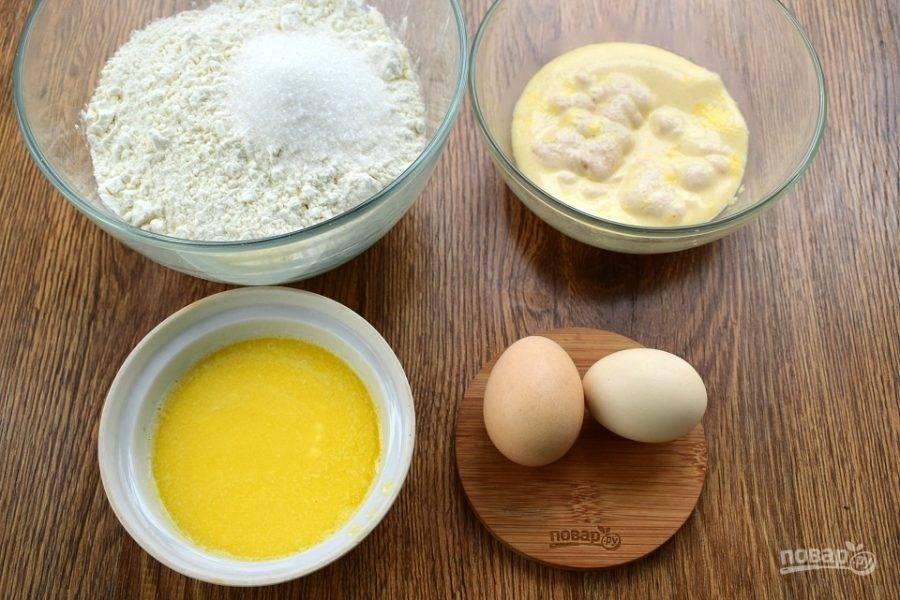 Дрожжи и 1 ст. л. сахара разведите в теплом молоке, поставьте в теплое место на 15 минут до появления пенной шапочки. Сливочное масло растопите. Муку просейте в глубокую миску, добавьте оставшийся сахар.