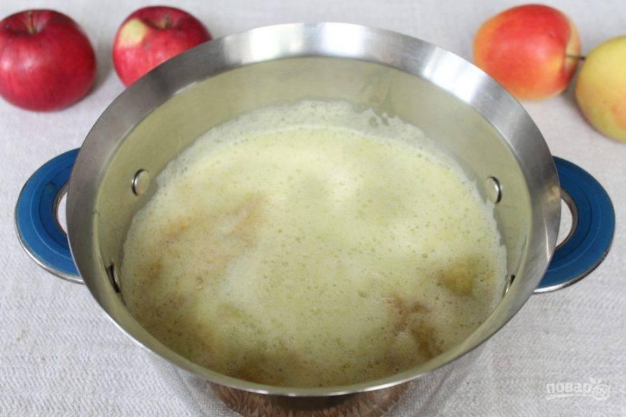 Яблоки чистим, режем и пропускаем через соковыжималку. Если электрическая соковыжималка, то сок получится с пеной, но в процессе варки пена поднимется и ее легко уберем с поверхности.