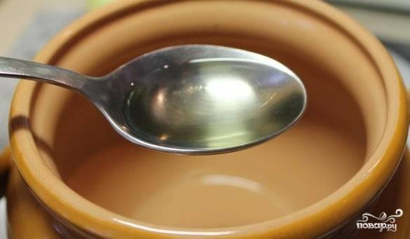 Затем нам необходимо влить в каждый горшочек по 1 ложке масла (я использую оливковое).
