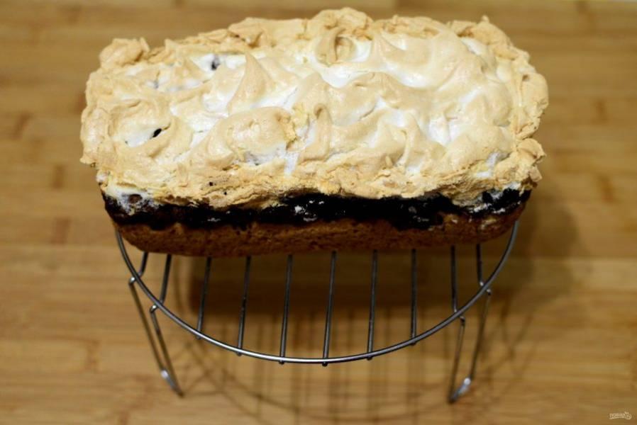 Дайте пирогу постоять в форме, затем выложите на решетку и остудите, не накрывая.