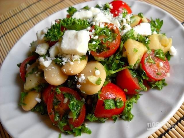 Заправьте салат соком лимона, маслом, солью и перцем. Перемешайте. Сверху добавьте фету. Приятного аппетита!