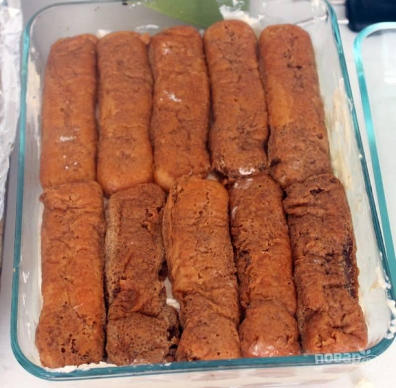 12.Затем уложите поверх крема оставшееся печенье.