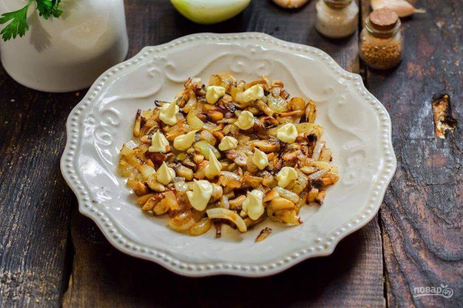 Выложите грибы первым слоем. Каждый слой салата поперчите и посолите по вкусу, смажьте майонезом.