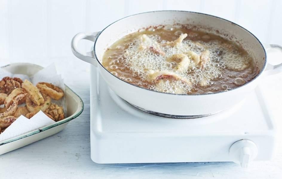 4. Обжарьте кальмар в кипящем масле до хрустящей корочки и подавайте закуску с чесночным соусом. Приятного аппетита!