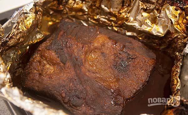 Заверните мясо в фольгу. Запекайте его в духовке 3-4 часа при 160 градусах.