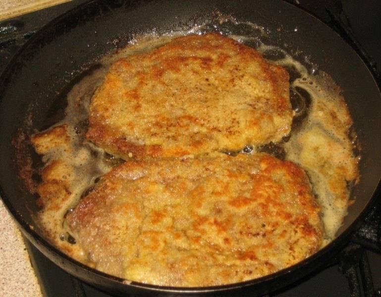 Обжариваем шницель на растительном масле с двух сторон до хрустящей золотистой корочки. Готовый шницель можно полить лимонным соком. Приятного аппетита!