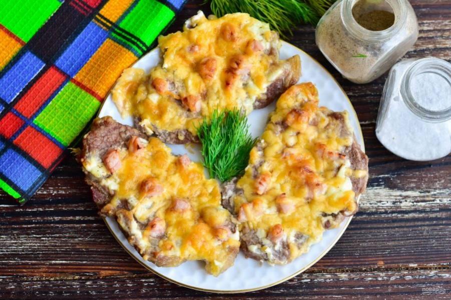 Свинина с ветчиной и сыром в духовке готова! Приятного аппетита!