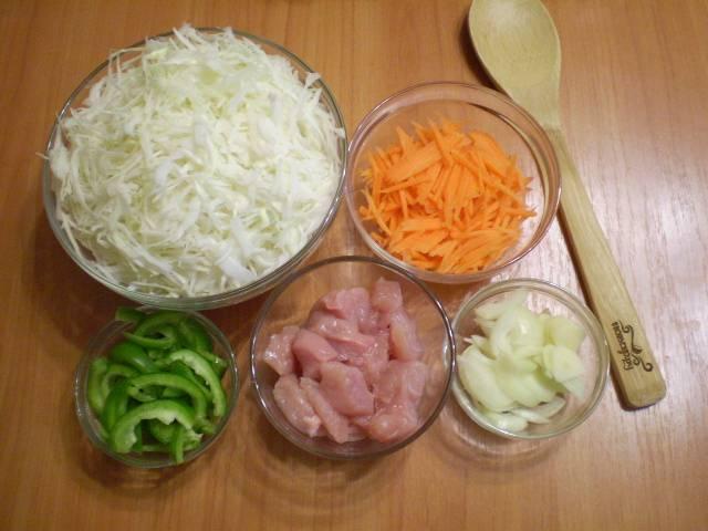 Подготовьте все овощи. Очистите их от кожуры. Измельчите. Мясо порежьте некрупными кусочками.