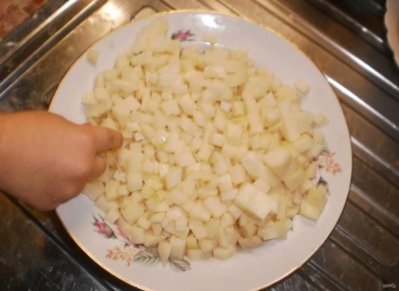 3.В картошке вырезаю глазки, нарезаю овощ мелким кубиком.