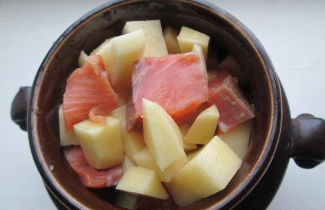Картофель с рыбой солим, добавляем специи по вкусу, перемешиваем и укладываем в горшочек. Из указанного количества ингредиентов получается 3 горшочка, но можно при желании поделить на 4.