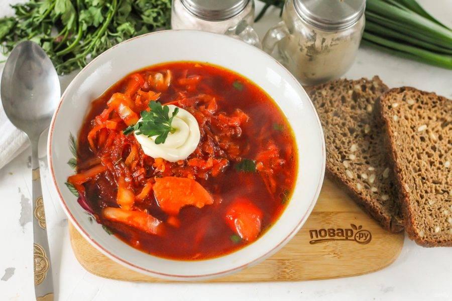 Разлейте горячий борщ по тарелкам, выложите постный майонез и подайте к столу с хлебом.