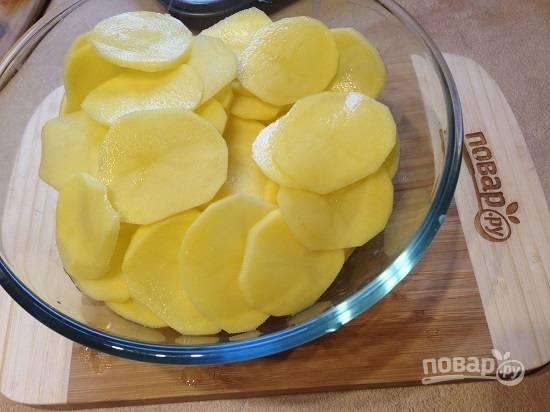 2. Самое главное — тонко нарезать кружочками картофель. Толщина — 1,5-2 мм.