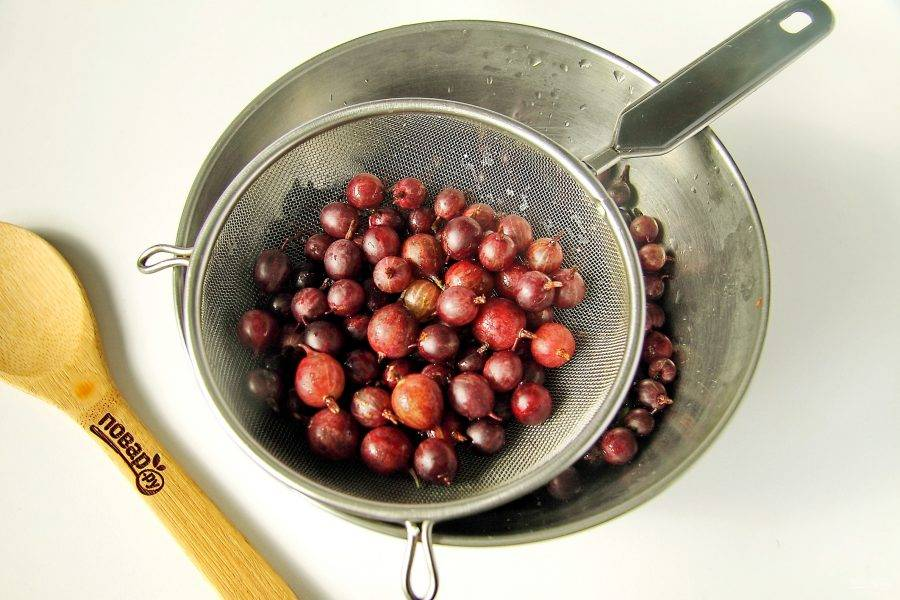 Крыжовник переберите, оставив ягоды без видимых повреждений и хорошо промойте.
