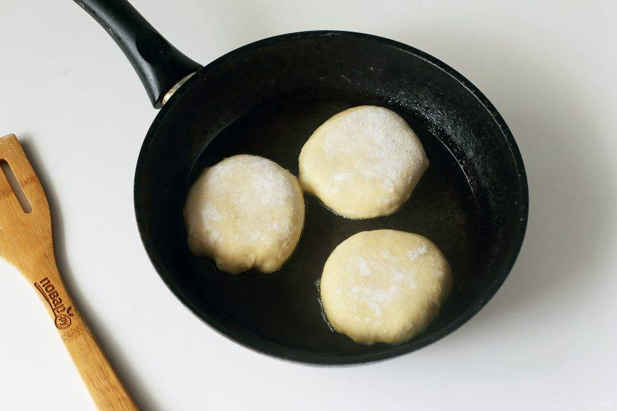 В сковороду налейте достаточное количество растительного масла, нагрейте его и выкладывайте беляши партиями. Если у вас беляши тоже с отверстием, то кладем их сначала дырочкой вниз, чтобы запечатать все соки.