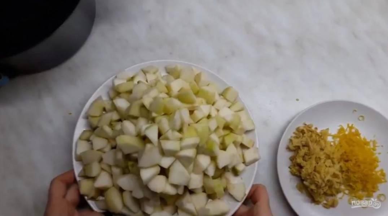 1. Натрите на мелкой терке имбирь и снимите цедру с лимона. Очистите груши от кожуры, сердцевины и хвостиков, нарежьте их на небольшие кусочки.