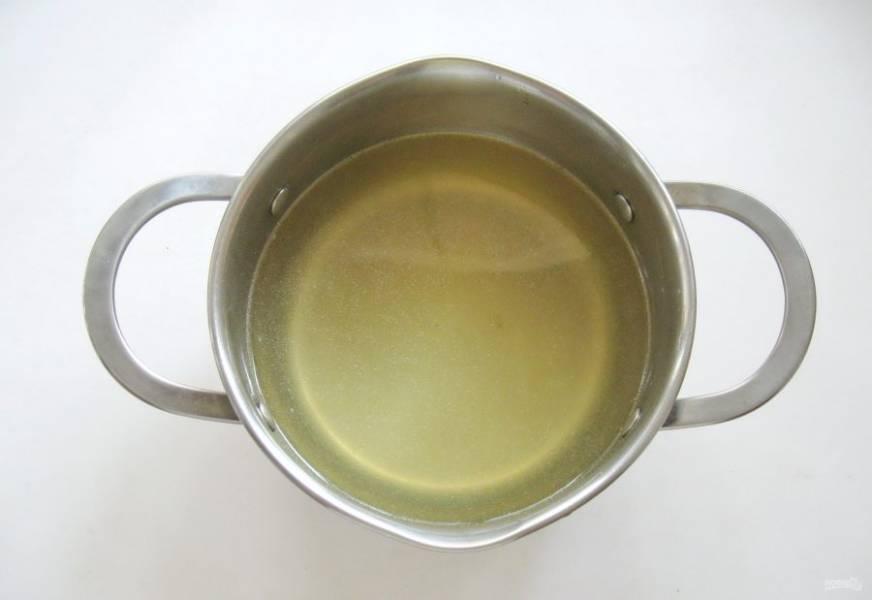 После скумбрию достаньте из кастрюли, а бульон процедите. Он должен быть прозрачным, ароматным и вкусным. Добавьте по вкусу лимонный сок. В горячий бульон добавьте быстрорастворимый желатин, перемешайте. Если у вас обычный желатин, то замочите его в небольшом количестве холодной воды и дайте набухнуть в течение 15 минут. После выложите в горячий бульон, перемешайте до полного растворения желатина.